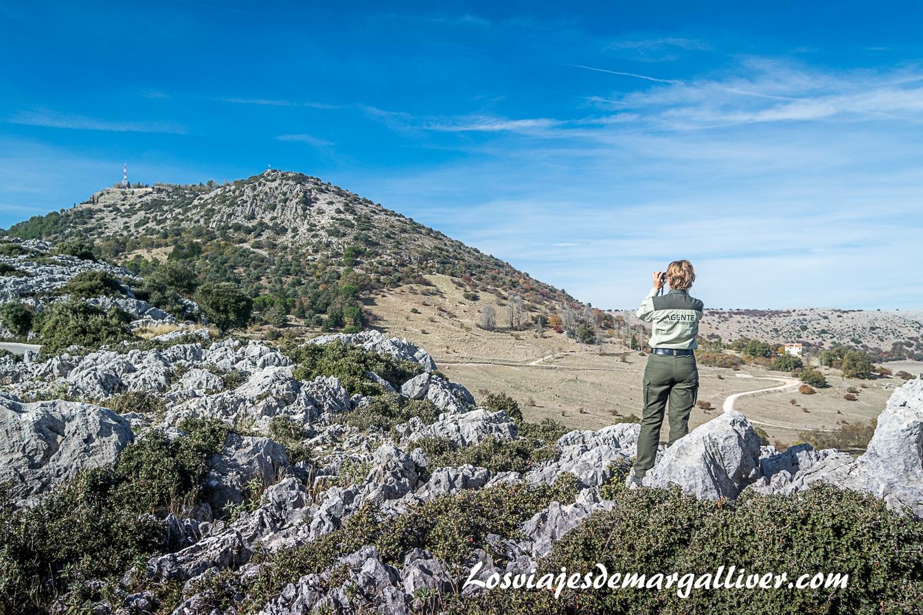 Agente medioambiental vislumbrando el Picacho de Cabra y a la derecha el Poljé de la Nava, Geoparques de Andalucía - Los viajes de margalliver